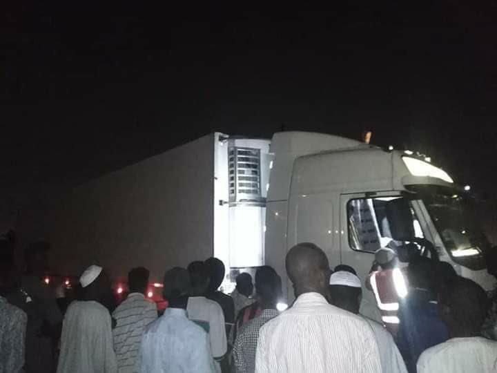 """""""اطلع برع"""".. شاهد متظاهرون سودانيون يطردون شاحنة مساعدات إماراتية"""
