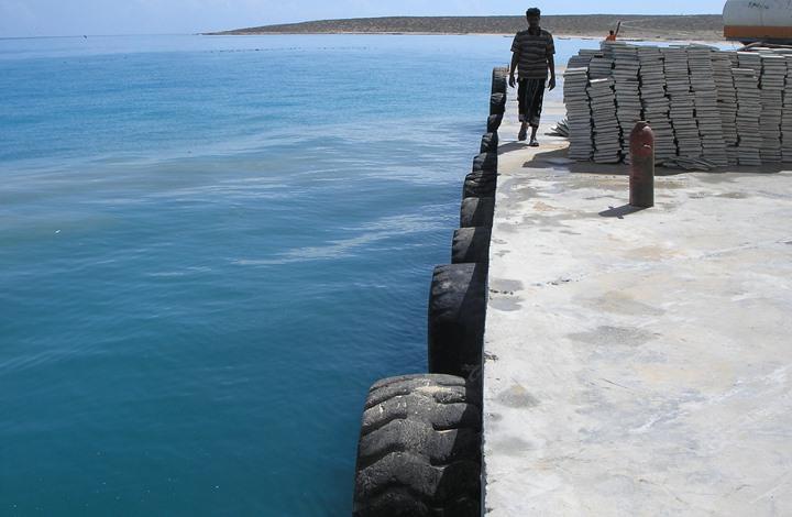 """سقطرى.. مصدر محلي يكشف تحايل الإمارات في إدعائها بناء """"كاسر أمواج"""" وليس ميناء"""