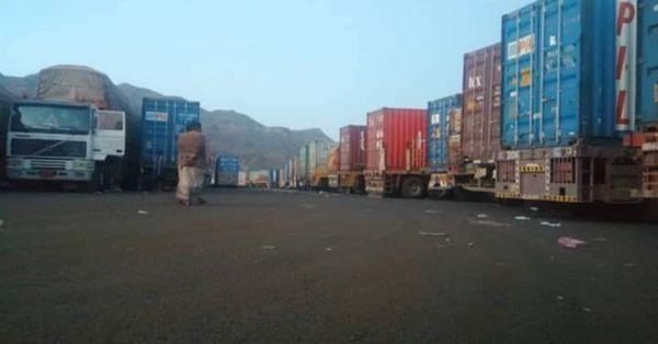 مليشيا الحوثي تحتجز 20 شاحنة إغاثية ونفطية في إب والحكومة الشرعية تدين