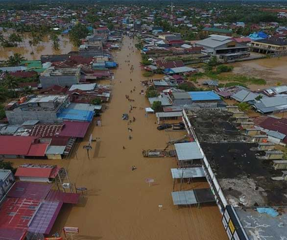 السيول والانهيارات الأرضية في إندونيسيا تخلف عشرات القتلى وآلاف النازحين