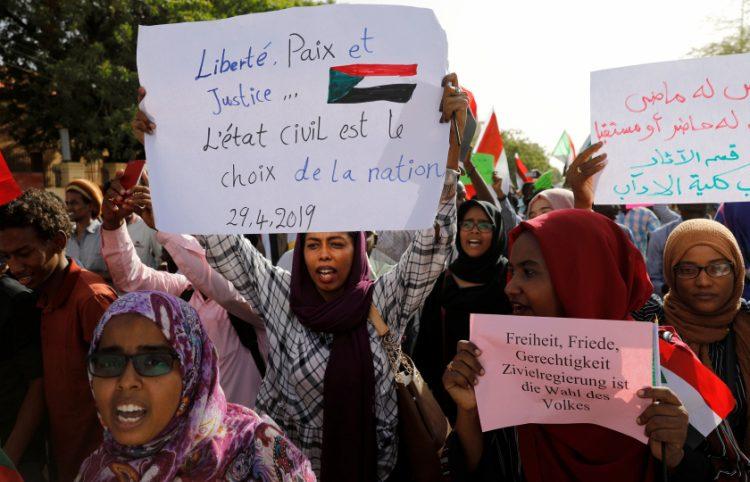 فيما الجيش يحذر من الفوضى.. المعارضة السودانية تتهم المجلس العسكري بـ «التعسف» وتواصل اعتصامها
