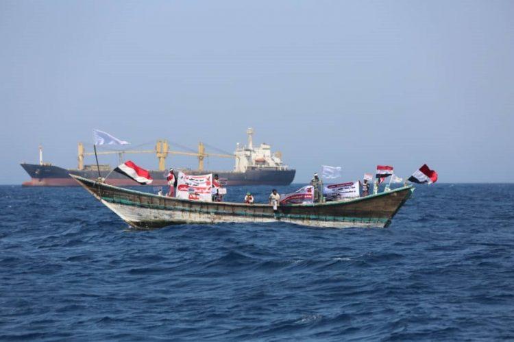 صيادون يمنيون يوجهون مناشدة للحكومة الشرعية والتحالف لإنقاذهم من سفينة إيرانية