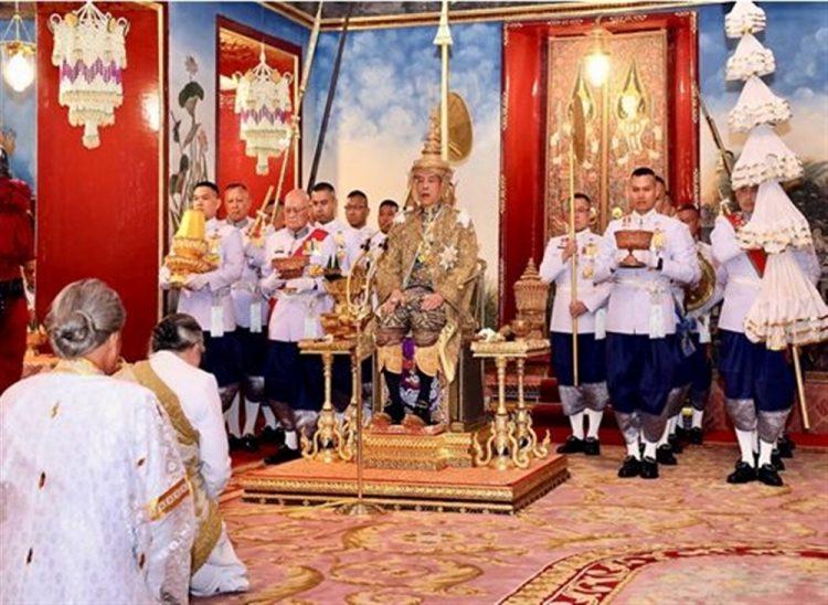 """ملك تايلاند الجديد يعيّن حبيبته جنرالاً للجيش ويسمي كلبه """"قائد القوات الجوية"""""""