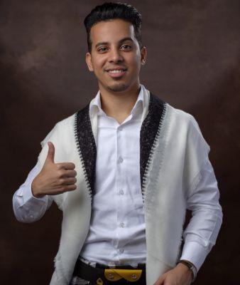 """رئيس الوزراء يهنأ الفنان اليمني """"عمر ياسين"""" بعد فوزه في برنامج الزمن الجميل"""