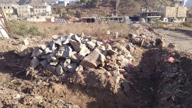 بدعم حوثي.. متنفذون يسطون على مقبرة في العدين بإب