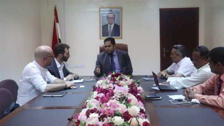 خلال لقاء رئيس البعثة.. الحكومة اليمنية تدعو الصليب الأحمر إلى انتشال جثث القتلى من جبهات الضالع