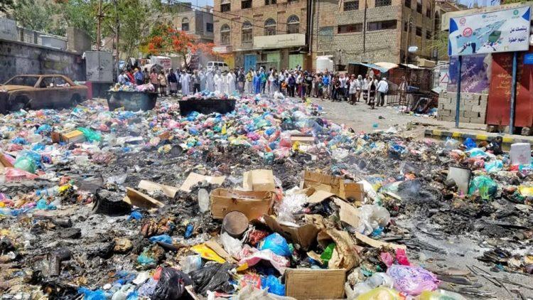 أبناء تعز ينددون بتكدس النفايات في الأحياء السكنية ويستنكرون غياب السلطة المحلية