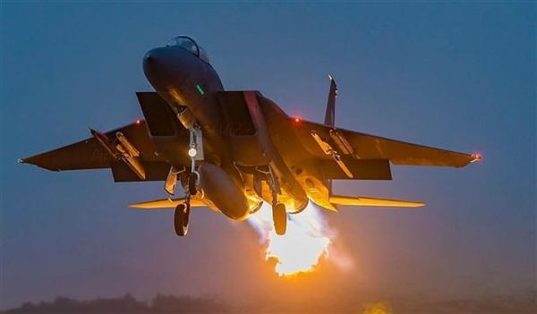 طيران التحالف العربي يشن غارات على مواقع مليشيا الحوثي في حجة ويستهدف مخزن أسلحة