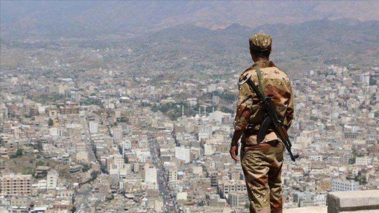 بعد أيام من انتشار العبوات الناسفة.. مقتل جنديان برصاص مسلحين مجهولين في تعز