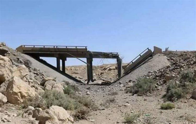 مليشيا الحوثي تفجر جسراً يربط مديرية قعطبة بمريس لإعاقة تقدم قوات الجيش