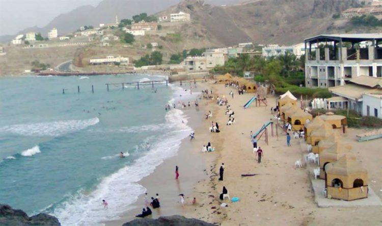 بسبب اضطراب أمواج البحر.. خفر السواحل تحذر من ممارسة السباحة بشواطئ عدن