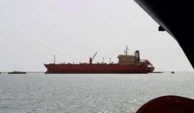 بعد وصولها إلى الحديدة.. مليشيا الحوثي تعرقل تفريغ 13 سفينة تجارية محملة بالمشتقات النفطية