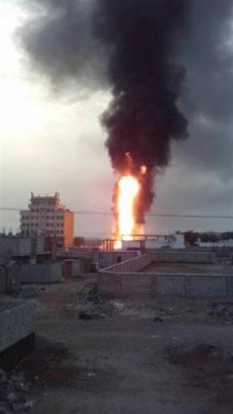 حريق هائل يلتهم أحد خزانات محطة وقود باعش في عدن في ظل غياب الدفاع المدني