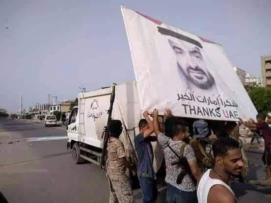 على عربة قمامة.. محمد بن زايد يتجول في شوارع العاصمة المؤقتة عدن