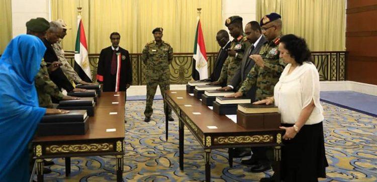 """بعد أداء رئيسه وأعضائه ورئيس الحكومة الجديد اليمين الدستورية.. ماذا ينتظر السودانيون """"المجلس السيادي""""؟!"""