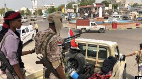 إشتباكات عنيفة بين مواطنين ومسلحين يتبعون شلال المدعوم إماراتيا في عدن