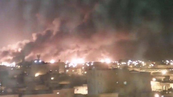 """السعودية… حرائق كبيرة في معامل شركة ارامكو بمحافظة بقيق وهجرة خريص بعد استهدافهما بطائرات مسيرة """"فيديو"""""""
