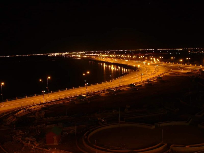 على متن اطقم أمنية.. مسلحون يهاجمون فندقاً في العاصمة المؤقتة عدن