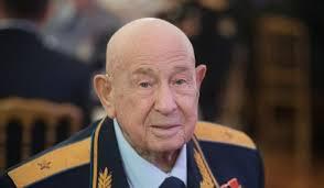 وفاة رائد الفضاء السوفياتي أليكسي ليونوف أول رجل يخرج إلى الفضاء الخارجي