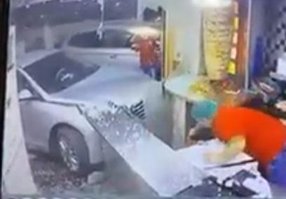 بالفيديو.. شاهد لحظة اقتحام سيارة تقودها إمرأة لمطعم في السعودية