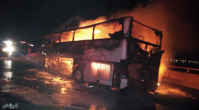 بالصور.. حادث مروع بين مكة والمدينة يتسبب بحريق حافلة ووفاة عشرات المعتمرين