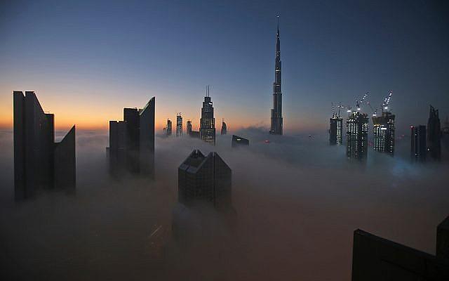 دبي تغرق.. تقرير يكشف تأهب المدينة لضربة مالية عاصفة