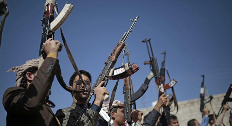 بهذه الطريقة القديمة.. قيادي حوثي يصفي 13 من مليشيات جماعته الانقلابية في الضالع