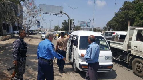 ضباط وأفراد شرطة مرور عدن يعلنون الإضراب عن العمل بسبب مليشيات المجلس الانتقالي