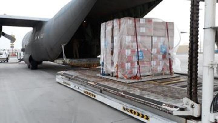 مقدمة من منظمة الصحة العالمية.. طائرة سعودية تفرغ مساعدات طبية في مطار عدن لمواجهة كورونا
