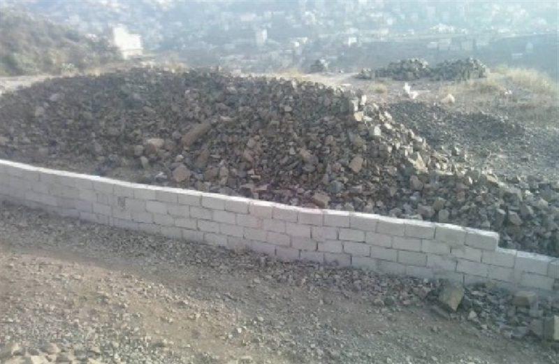 """مسؤول حوثي يبسط على خط عام بمحافظة إب """"صورة"""""""