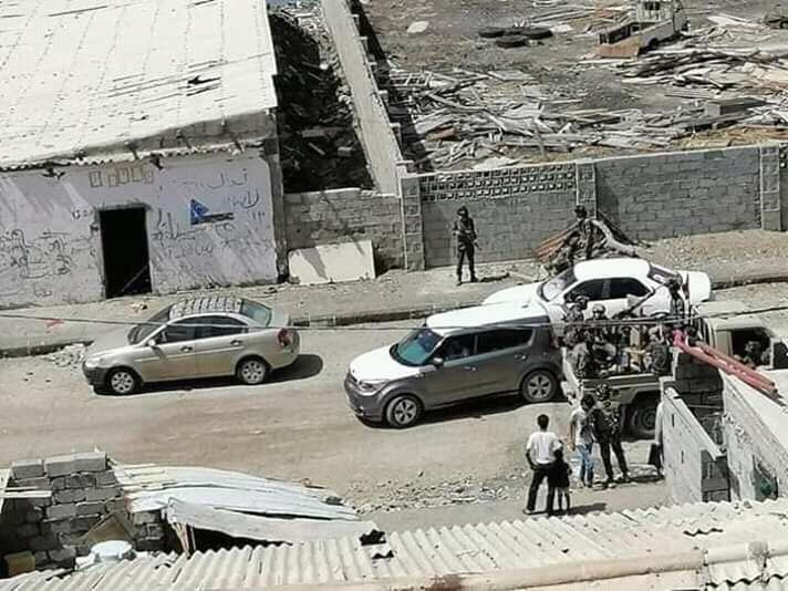 مليشيات مسلحة بقيادة صامد سناح تعتدي على منازل المواطنين في جزيرة العمال وتعتقل اصحابها