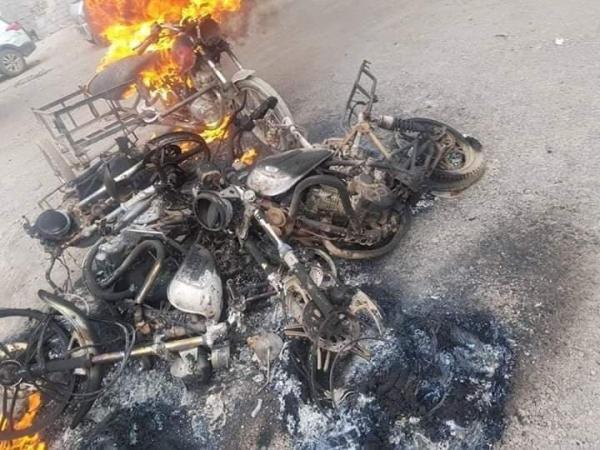 الإنتقالي المدعوم إماراتيا يحرق عشرات الدراجات النارية في عدن