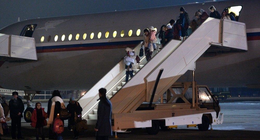 عدد من اليمنيين العالقين في أثيوبيا يصلون مطار عدن الدولي