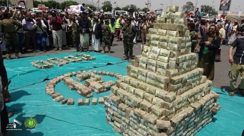 Houthies celebrate their cuop by presenting large amount of cash while Yemenis starving to live