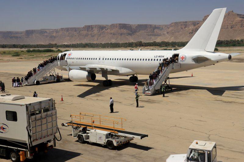 بالصور.. عملية تبادل للاسرى بين الحكومة الشرعية ومليشيا الحوثي (شاهد الفرق)