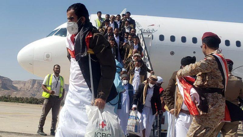 بعد ساعات من وصول الأولى.. طائرة تقل 100 أسير حوثي في طريقها من عدن إلى صنعاء