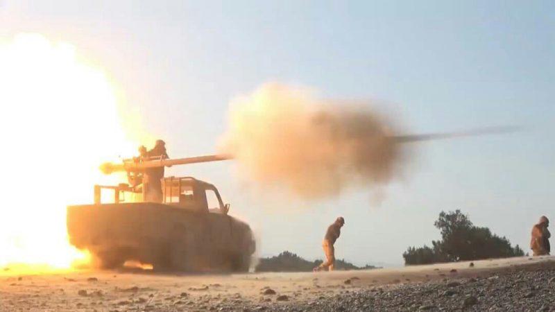 مدفعية الجيش تستهدف تجمعات لمليشيا الحوثي في مأرب
