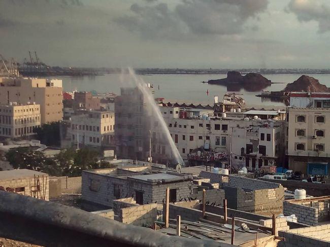 """معاناة سكان العاصمة المؤقتة عدن تتفاقم.. انفجار نبوب مياه رئيسي تعتمد عليه مدريتي """"المعلا والتواهي"""""""