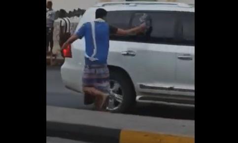 """بالفيديو.. موكب """"السيارات الفارهة"""" لمعين عبدالملك في حضرموت يتعرض للرشق بالحجارة من قبل المواطنين"""