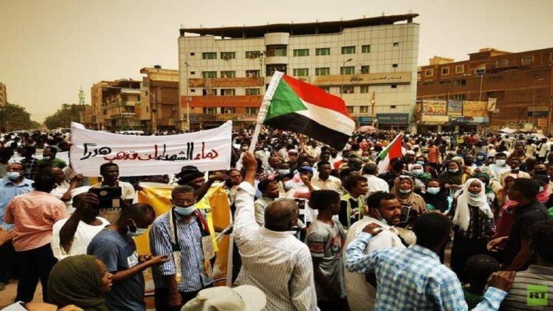"""في مسيرات ذكرى """"فض اعتصام القيادة"""".. متظاهرون يحرقون العلم الإسرائيلي في الخرطوم"""