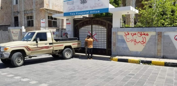 تعز: جنود في الجيش يغلقون مكاتب حكومية والمحافظ يوجه بإيقاف قيادات عسكرية وتحريك حملة أمنية